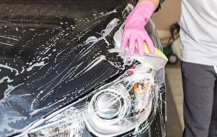 Autowaschen und Warmlaufenlassen des Motors